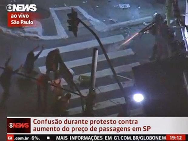 policia_atira_em_manifestantes_desarmados_13_de_junho